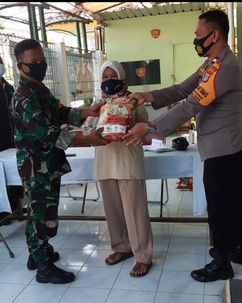 Penyerahan Bansos Beras Bersama TNI dan Polri